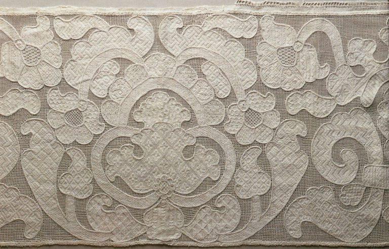 Деталь вышитого подзора (приёмы золотого шитья). <br/>18 век