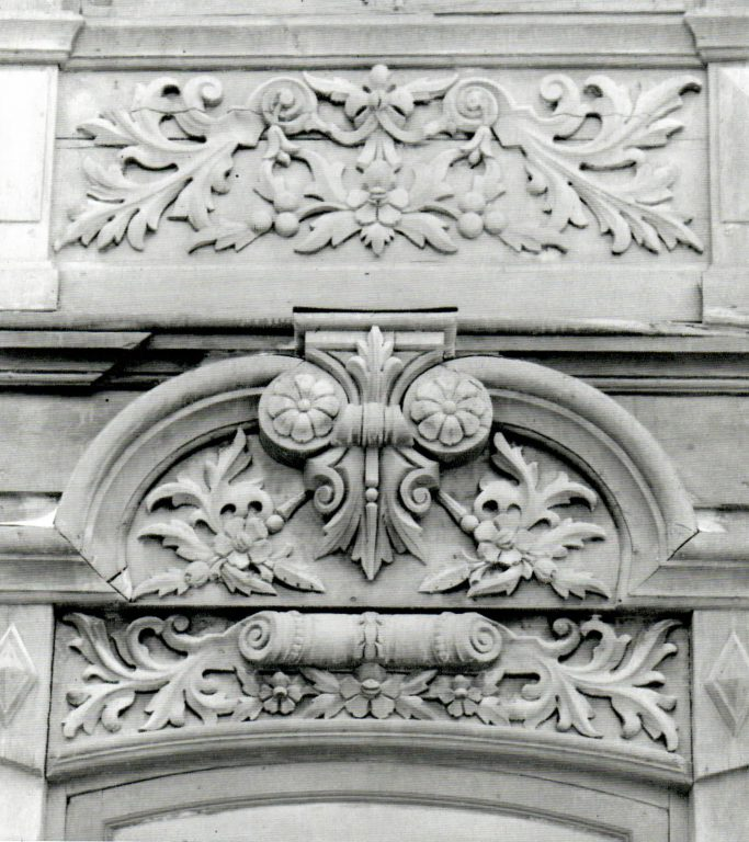 Подоконная доска наличника второго этажа и фронтон наличника первого этажа. <br/>1905 год