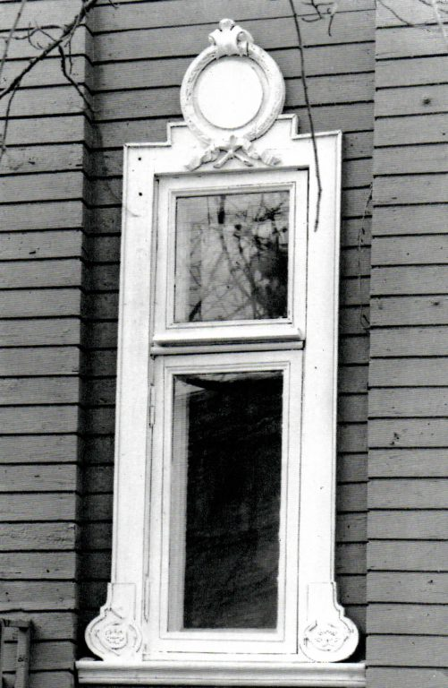 Боковое окно ризалита с картушем-«зеркалом». <br/>Вторая половина 19 века - начало 20 века