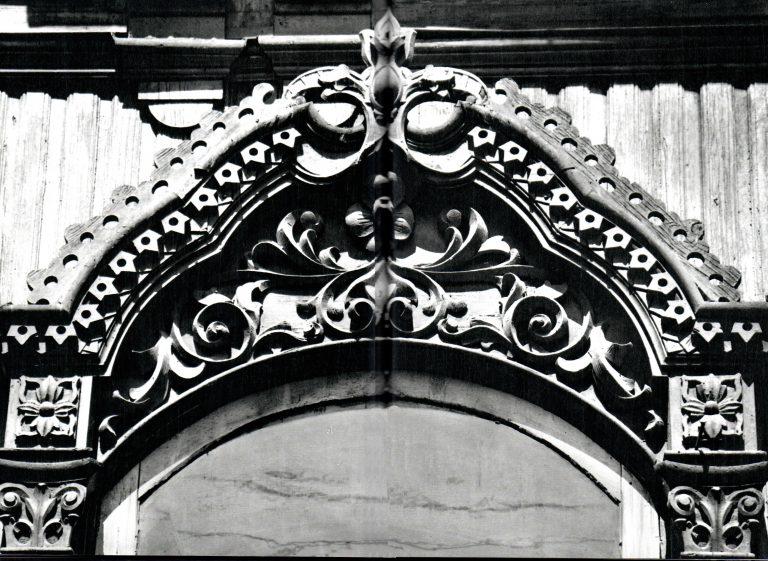 Верх центрального наличника. Растительный орнамент вьющиеся побеги и цветы. <br/>Вторая половина 19 века - начало 20 века