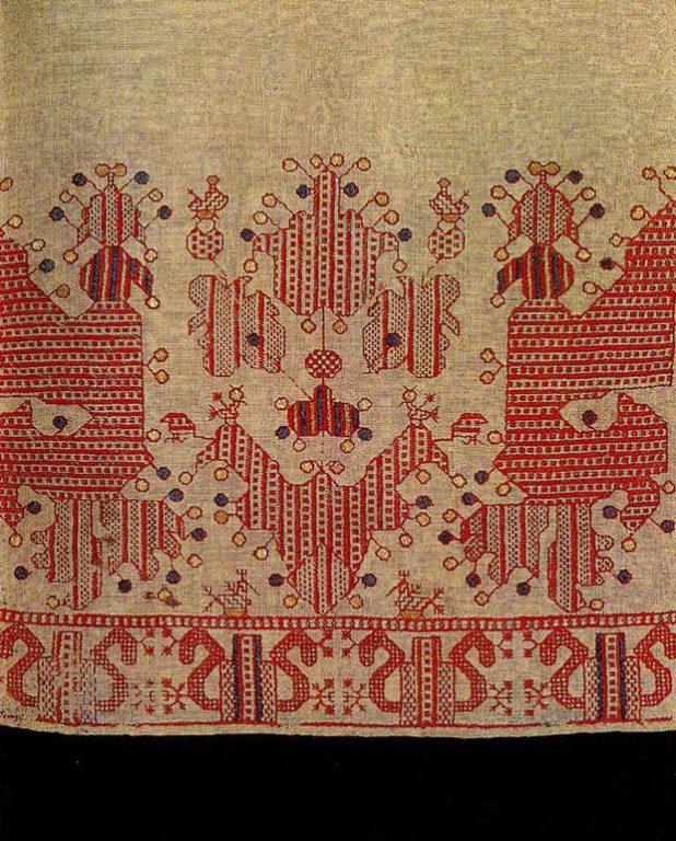 """""""Солнечная колесница"""" с птицами на подоле каргопольской женской рубахи. Первая половина 19 века"""