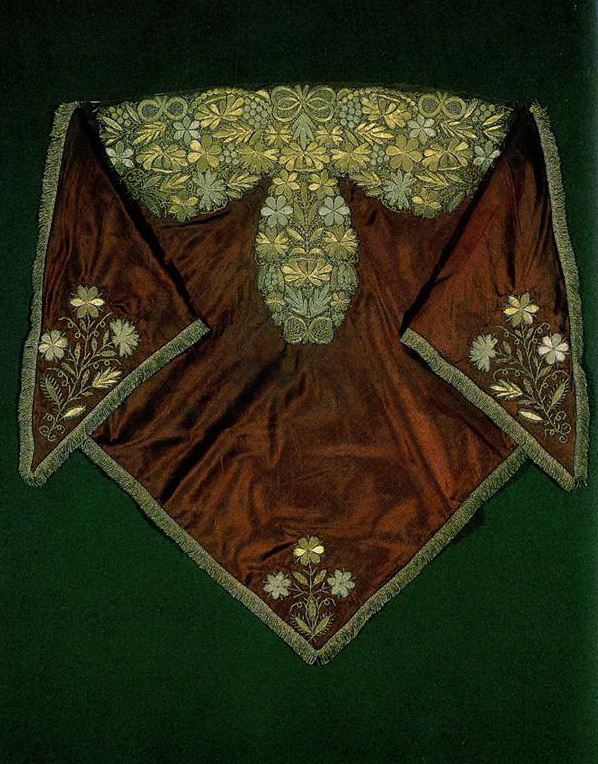 "Nizhny Novgorod shawl ""golovka"" embroidered with foliate and floral motifs . <br/>Second half of   19th century"