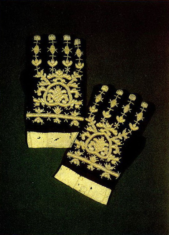 Pair of Vologda men's gloves with plant motifs. <br/>Mid-19th century