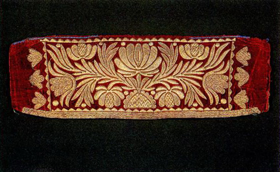 Detail of the woman's headdress with floral motifs