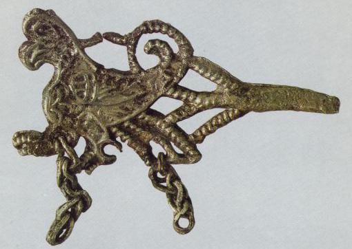 Булавка с фигурной головкой в виде крылатого зверя-птицы. Конец 12 века