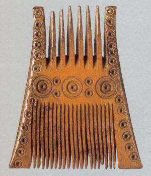 Гребень двусторонний, украшенный циркульным орнаментом. <br/>12 век
