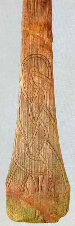 Копыл санный, украшенный резной плетенкой
