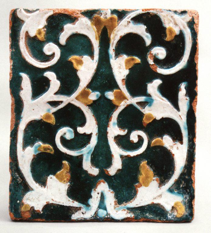 Стенной полихромный рельефный изразец первой половины 18 века. <br/>Первая половина 18 века