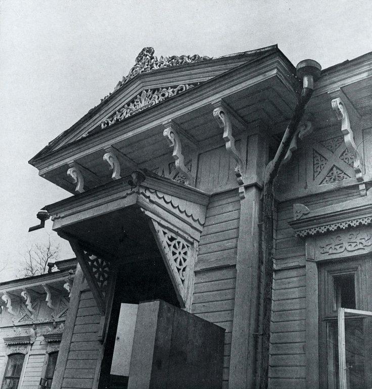 Фронтон над входной дверью. <br/>Конец 19 века - начало 20 века