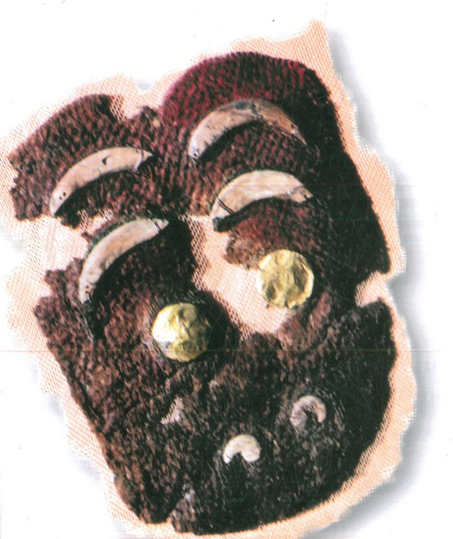 Фрагмент войлока красного цвета в виде головы рыбы. <br/>4-3 века до н.э.