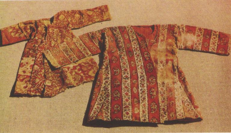 Детская верхняя одежда из склепов селений Пялинг и Цори. <br/>17-18 века