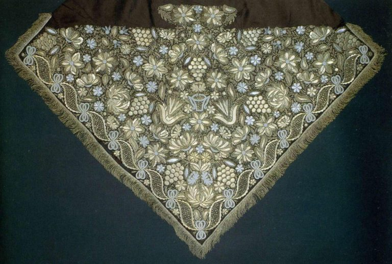 Patterned headscarf with gold sewing. <br/>Late 18th - еarly 19th century