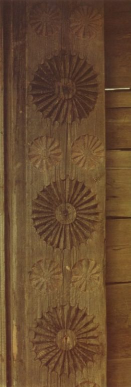 Trihedral-groove carving on gate-posts