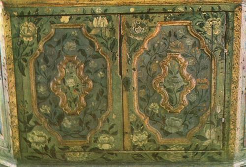 Розы и тюльпаны. Роспись дверок нижней части шкафа. Середин 18 века