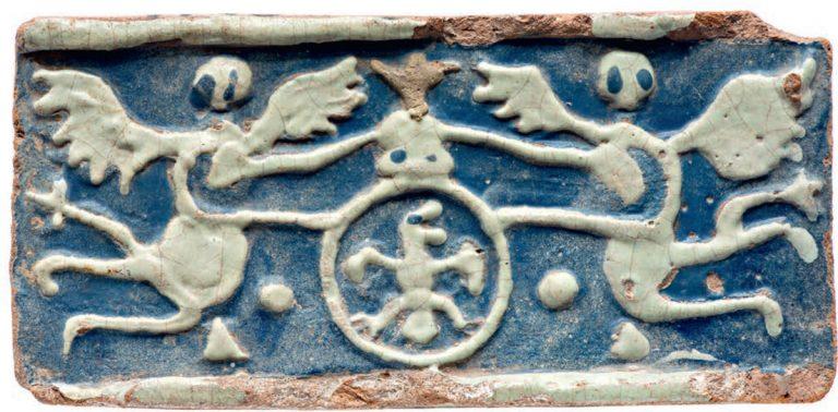 Изразец с изображением крылатых фигур, держащих щит. <br/>Вторая половина 17 века