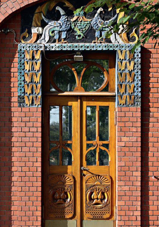 Деталь керамического декора доходного дома З. А. Перцовой. <br/>1906 год