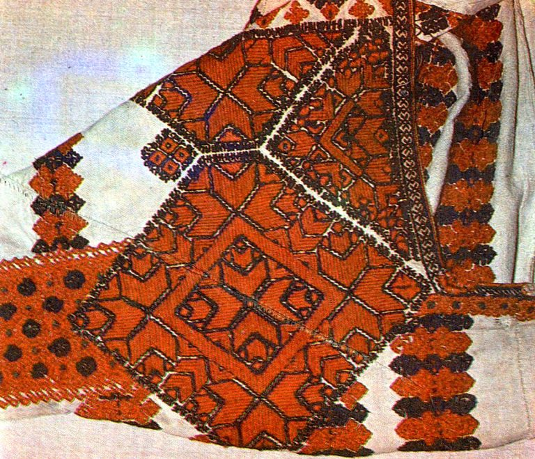 Fragment of sleeve embroidery on Erzya Mordvins 'pokai' women's shirt. <br/>1906 year
