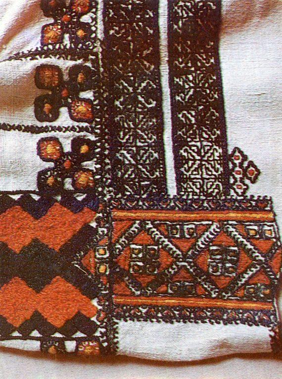 Фрагмент вышивки плеча женской рубахи мордвы-мокши. <br/>1902 год