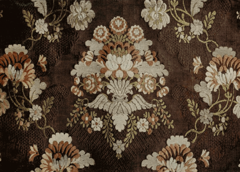 Silk fabric (gros-de-Tours) with colored and gold threads pattern. <br/>Second half of the 18th century