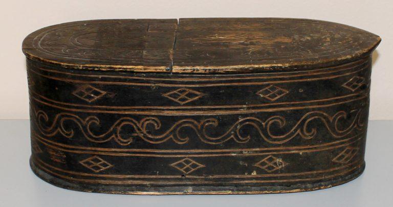 Коробочка овальной формы с крышкой, чёрного цвета, покрытая орнаментом. <br/>Начало 20 века